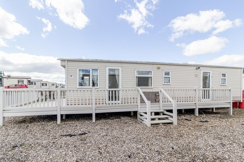 Spacious caravan for hire with decking by the beach in Suffolk ref 40094ND, holiday rental in Lowestoft