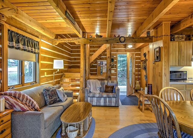 Steps to Slopes! Scenic Brule Village Cabin with 2 Fireplaces & Grill, alquiler de vacaciones en Iron River
