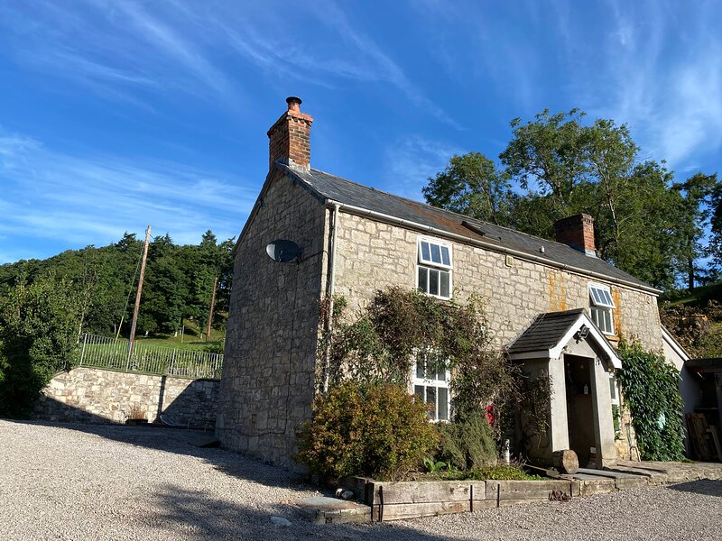 Stunning 3-Bed House in a private hidden valley, holiday rental in Pentre Llanrhaeadr