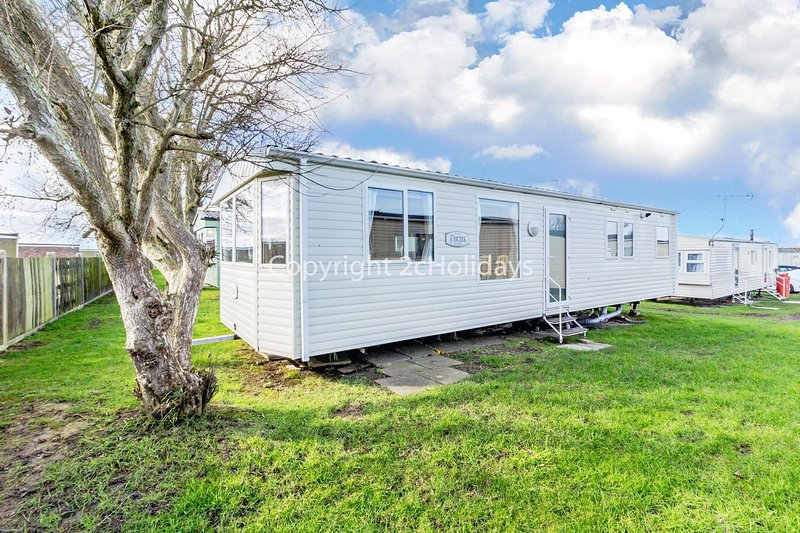 Great caravan for hire at California Cliffs holiday park in Norfolk ref 50006B, vacation rental in California