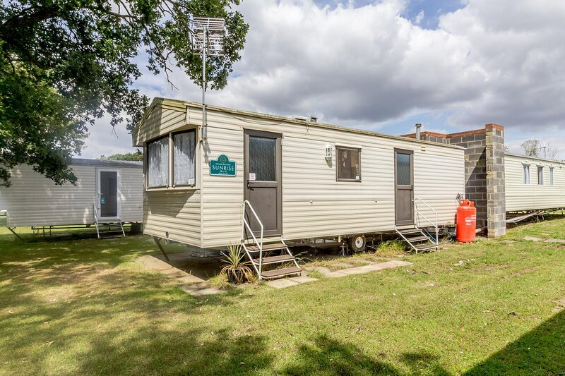 6 berth caravan for hire near Clacton on Sea in Essex ref 26122O, vacation rental in Frinton-On-Sea
