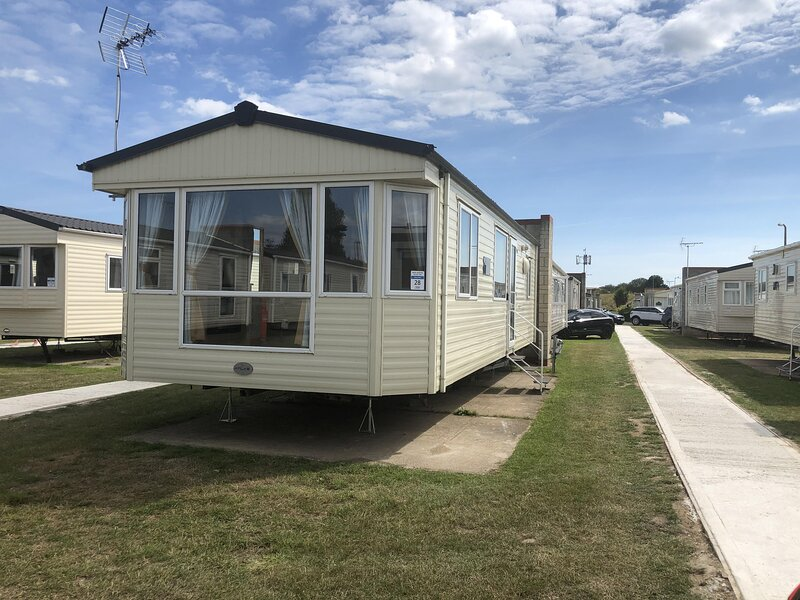 Great 6 berth caravan for hire at Naze Marine in Essex ref 17120P, vacation rental in Frinton-On-Sea