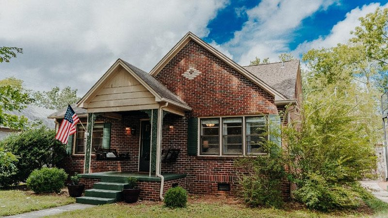 ⭐️ The Historic Brick Beauty in Five Points ⭐️, holiday rental in Huntsville