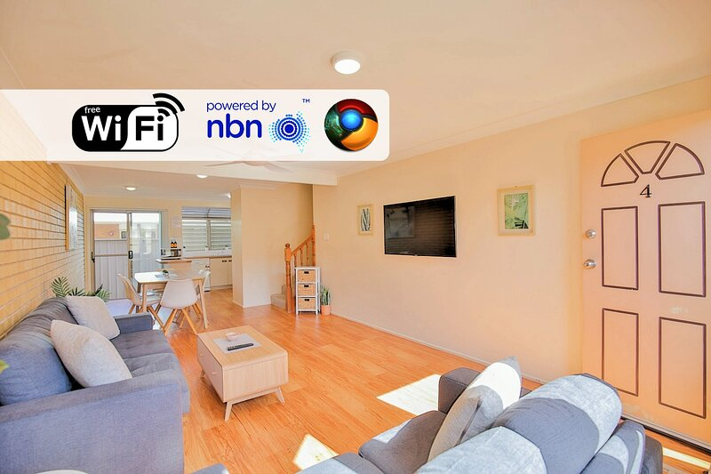 Spacious & Central Townhouse with Aircons, vacation rental in Burnett Heads