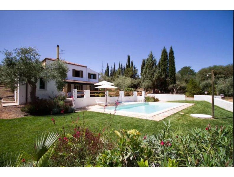 Alghero, Villa Melissa with swimming pool ideal for 6 people, casa vacanza a Villanova Monteleone