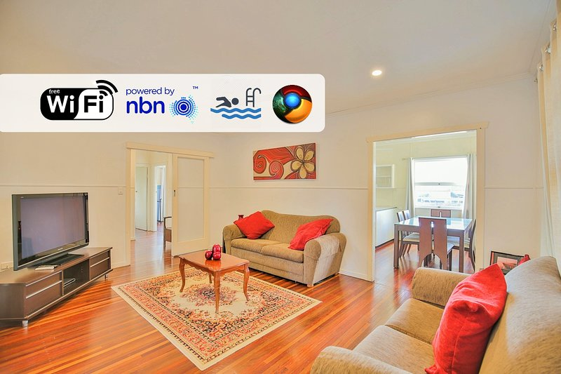Charming home with air-con and access to Pool - Close to CBD, vacation rental in Burnett Heads