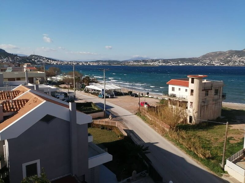 Amazing Rooftop Beach House The Safest Way To Live in, vacation rental in Porto Rafti