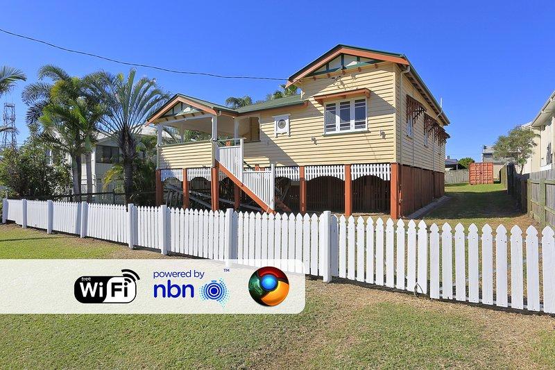 Spacious Queenslander Overlooking River & Park, vacation rental in Burnett Heads