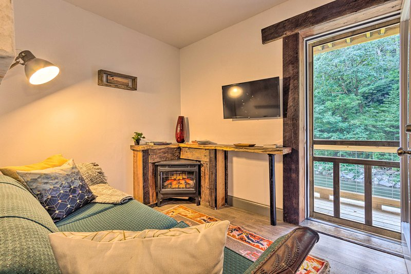 NEW! Renovated Riverfront Retreat w/ Deck + Views, holiday rental in Green Mountain