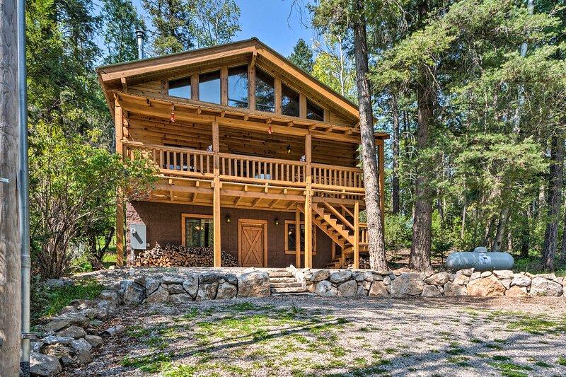 NEW! Grand Cloudcroft Cabin Just 3 Mi to Skiing!, location de vacances à Cloudcroft