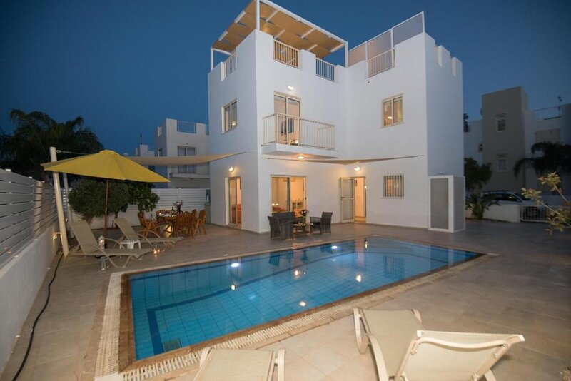 Villa Pomelo, Modern Pernera Villa with Private Pool, 8 mins Walk from the Beach, Ferienwohnung in Pernera