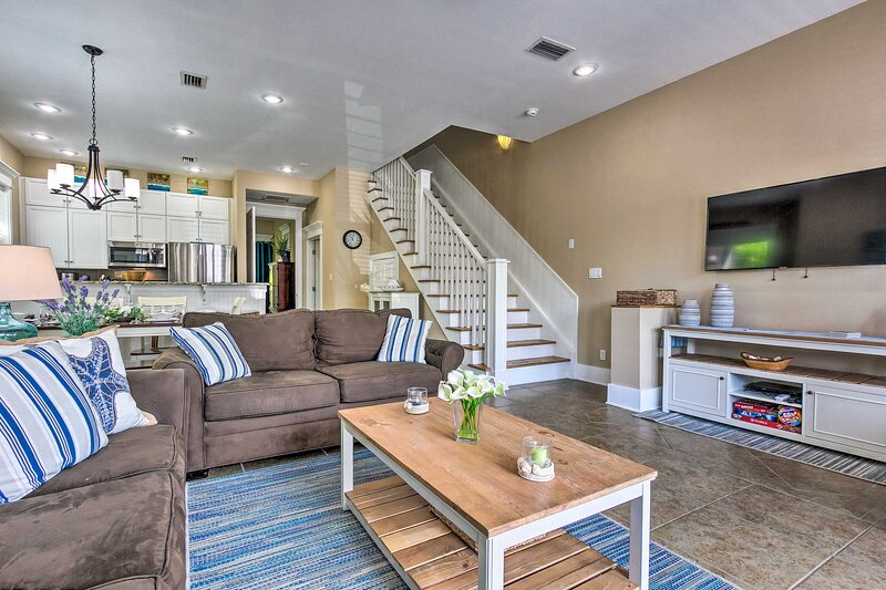 NEW! Breezy Townhome Steps to Miramar Beach!, holiday rental in Miramar Beach