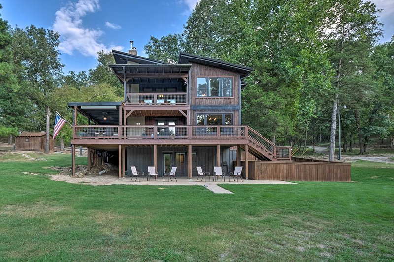 Beaver Lake Hideaway with Fire Pit by Marina, vacation rental in Springdale