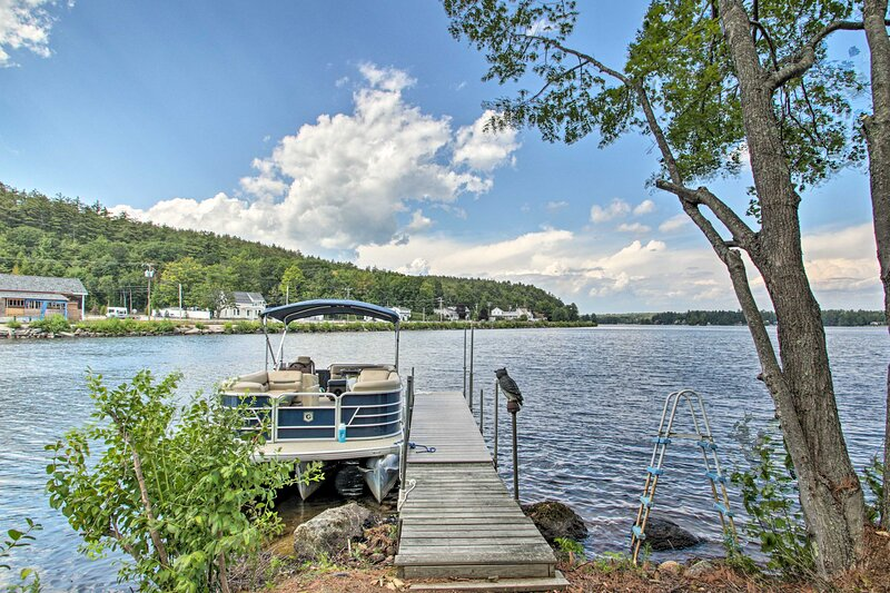 NEW! Lakefront Family Cottage: Boat Dock & Hot Tub, location de vacances à Barrington