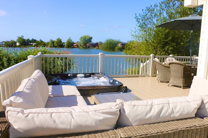 'La Perla del Sur' Lakeside Lodge with Hot-Tub, vacation rental in Tattershall