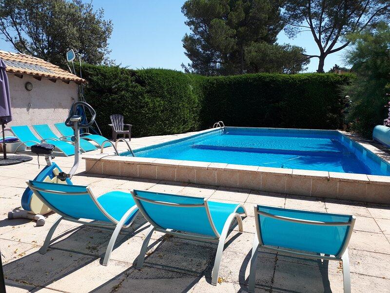 Maison avec piscine, très belle vue Ste Victoire, vacation rental in Peynier
