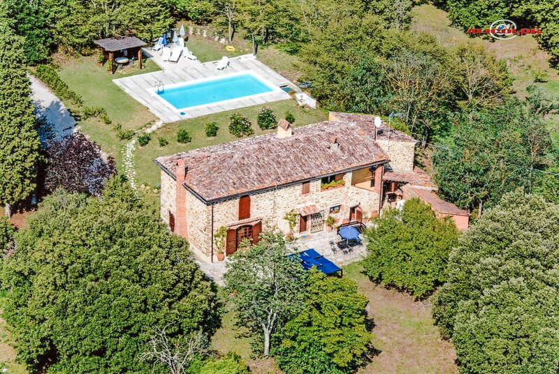 House with private pool, 600 meters from Rigomagno, 35km from Siena and Arezzo., vacation rental in Rigomagno
