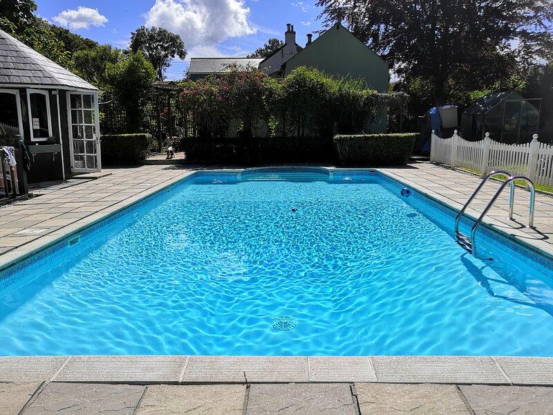Captivating Isolde Cottage, with pool near St Ives, location de vacances à Camborne