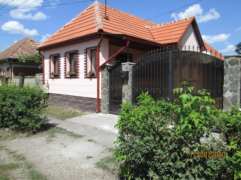 Family Friendly 2-Bed Cottage in Periș, vacation rental in Targu Mures