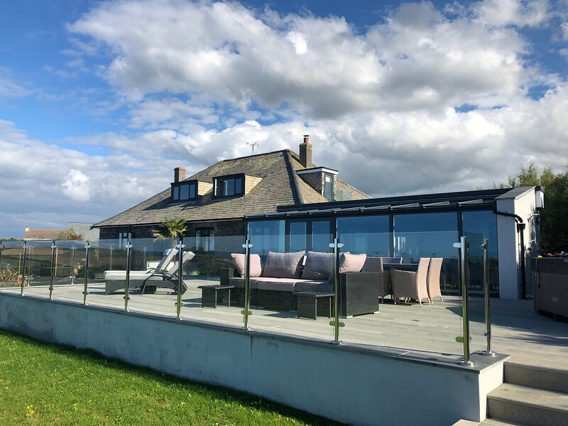Tregea, stunning home in Harlyn Bay, sleeps 11 plus two cots, holiday rental in Padstow