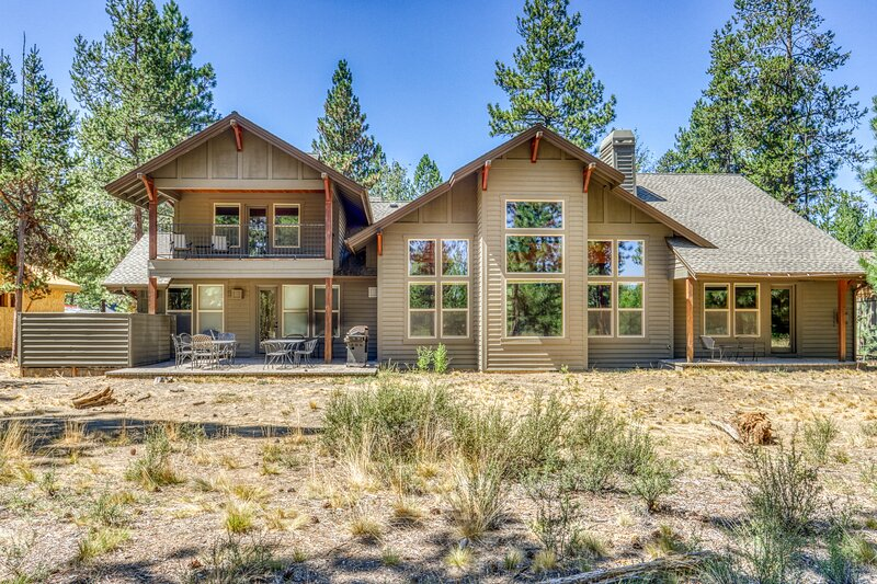Lakeside luxury with shared pool and tennis, private hot tub, & gourmet kitchen, location de vacances à Central Oregon