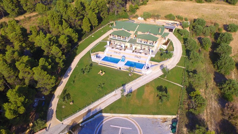 VILLA 5 bedrooms / PLACE DES DIEUX/ ΚΤΗΜΑ ΚΟΥΡΚΟΥΔΙΑΛΟΣ, Ferienwohnung in Loutra