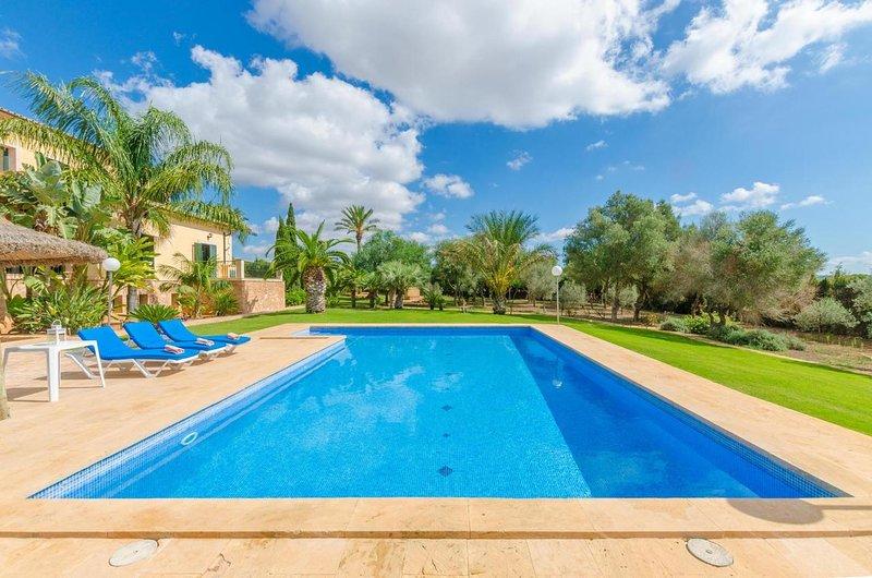 Spacious villa with swimming-pool, alquiler de vacaciones en Colonia de Sant Jordi