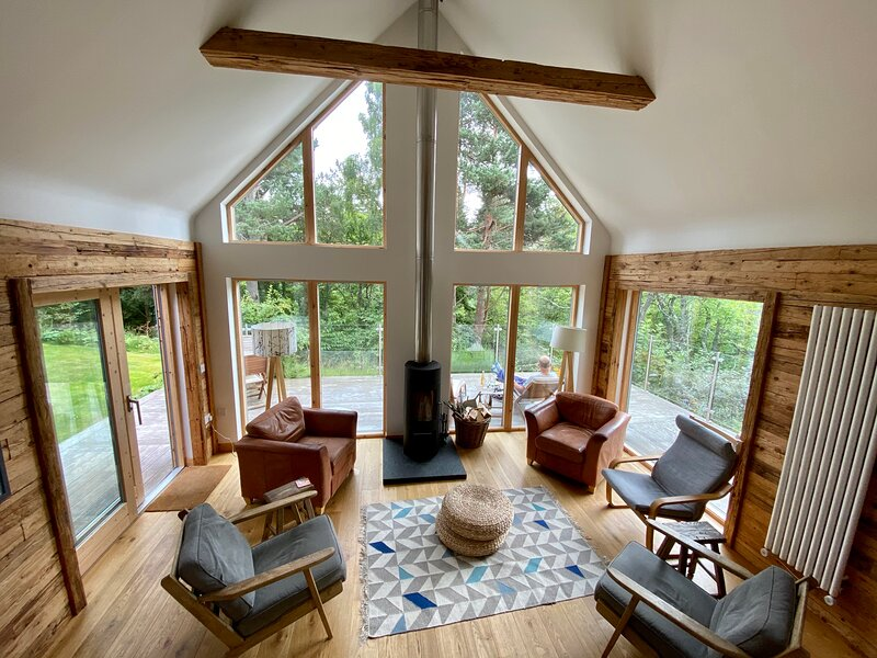 'An Cala' river/forest views, hot tub, Nethy Bridge, Cairngorm National Park, holiday rental in Nethy Bridge