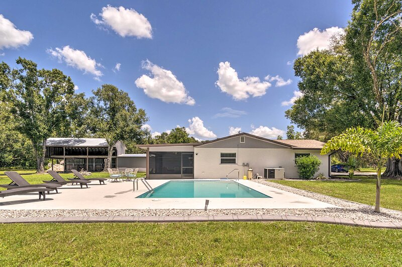 NEW! 5-Acre Bradenton Escape w/ Pool & 2 Fire Pits, holiday rental in Braden River