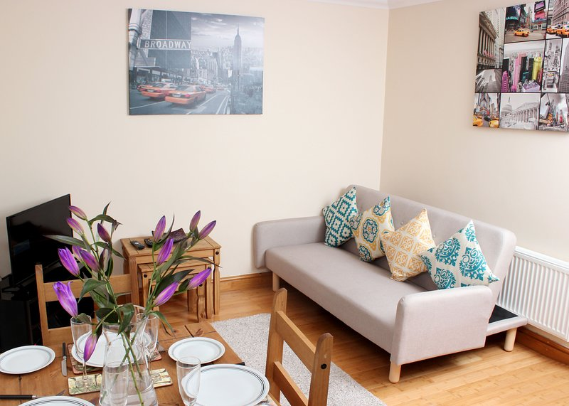 Lovely 4 bedroom house with parking close to The Oxford Science Park, vacation rental in Littlemore