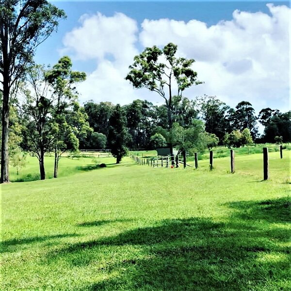 Unique, charming farm stay on 30 private acres, vacation rental in Caboolture