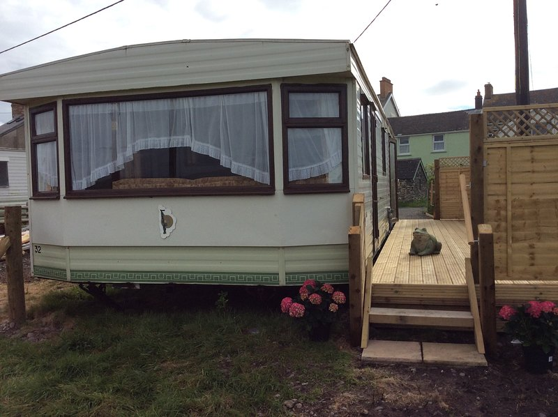 Mountain views  and just across the road from beach, holiday rental in Borth