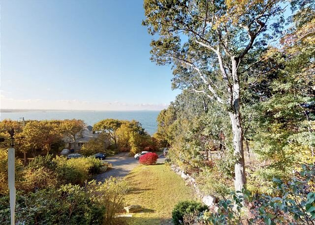 Private Waterfront Wonder with Stunning Ocean Views, Steps to Shoreline!, casa vacanza a Marshfield