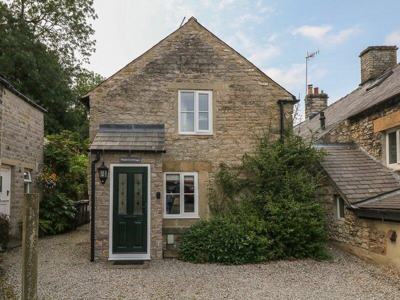 HOPE COTTAGE, en-suite, woodburning stove, enclosed garden, parking, in, vacation rental in Castleton