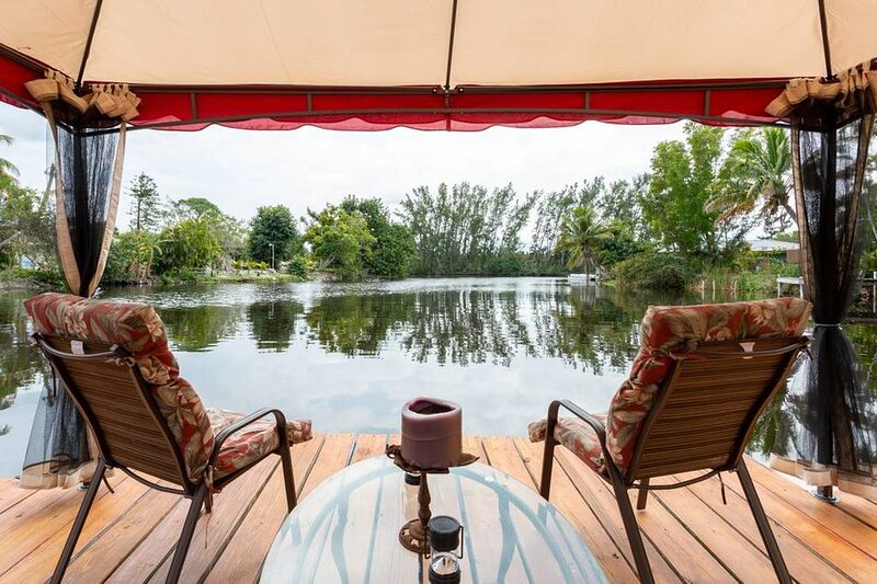 The Middelburg Suite in Holland House Vacation rental Studio in small resort., holiday rental in Keewaydin Island