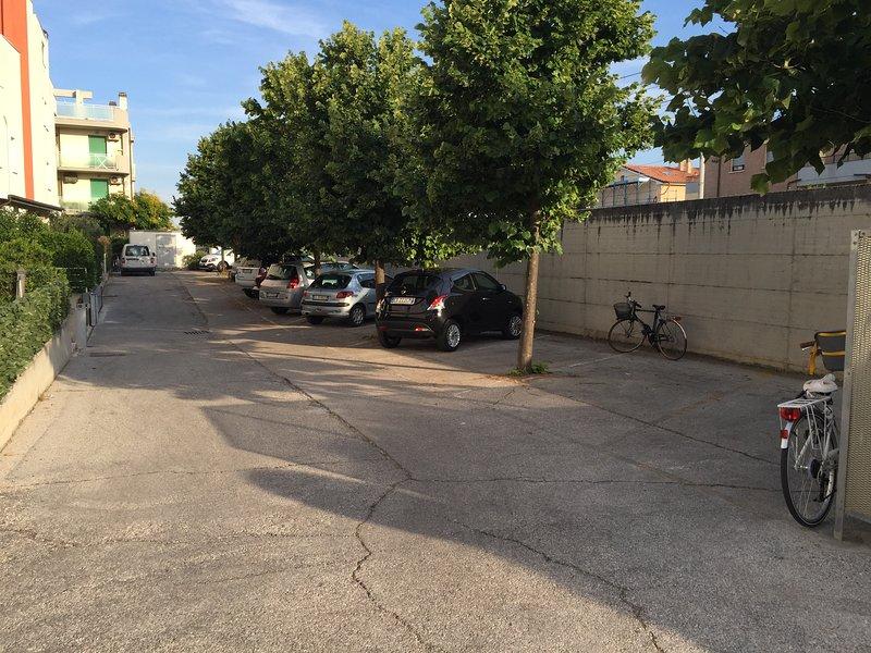 Parcheggio retro palazzo