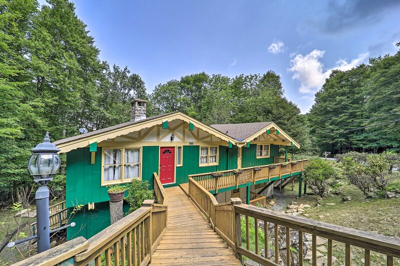 Treat yourself and others to a mountain getaway at this charming chalet!