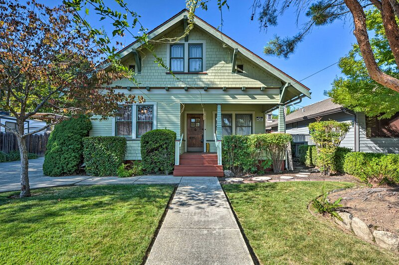 NEW! Unique + Historic 1920's Craftsman, Near Town, aluguéis de temporada em Rogue River