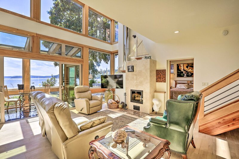 NEW! One-of-a-Kind Bayfront Home w/Hot Tub + Beach, location de vacances à Mount Vernon