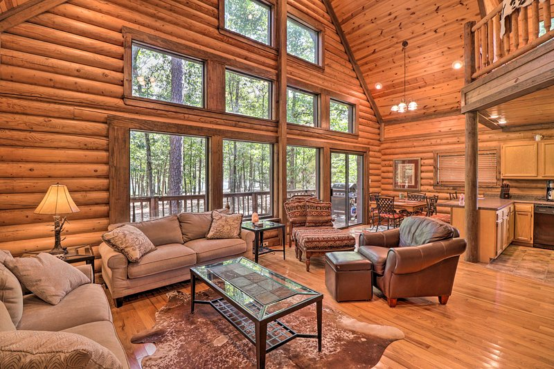 NEW! Greers Ferry Cabin: Large Deck & Fire Pit!, holiday rental in Edgemont