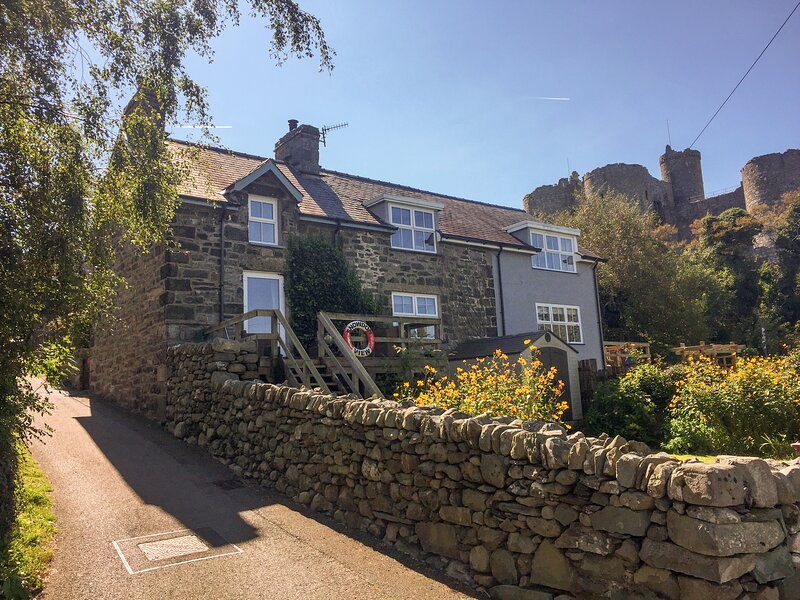 SNOWDON VIEW, stone cottage, woodburner, decked balcony, off road parking, in, Ferienwohnung in Harlech