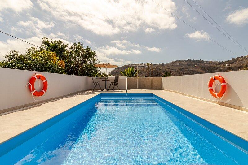 Casa Marjoes I + Pool + Terrace + BBQ, holiday rental in Banaderos