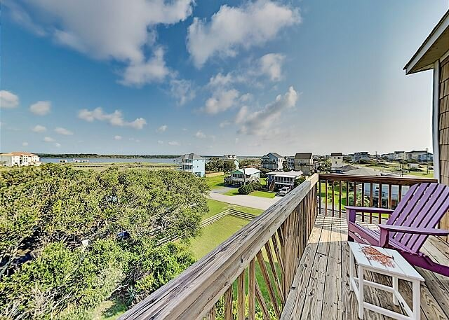 Second-Row Retreat with Private Hot Tub, Elevator & Six Covered Balconies, vacation rental in Sneads Ferry