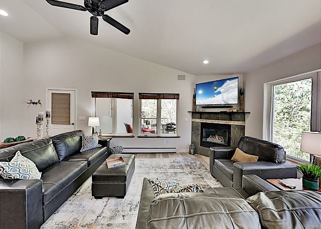 1 Mile to Slopes! Top-Floor Getaway with Private Garage & All-Suite Layout, casa vacanza a Oak Creek