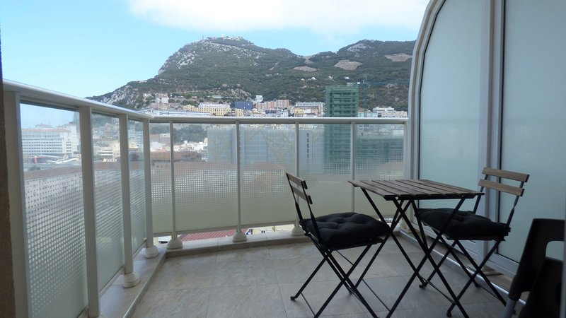 Modern Apartment With Beautiful Views Of The Rock, Ferienwohnung in Westside