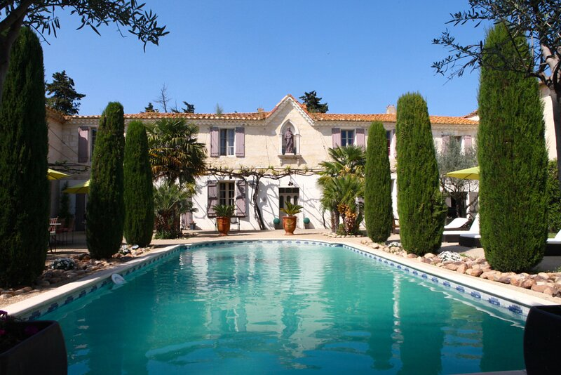 Amazing villa with swimming-pool, holiday rental in Albaron