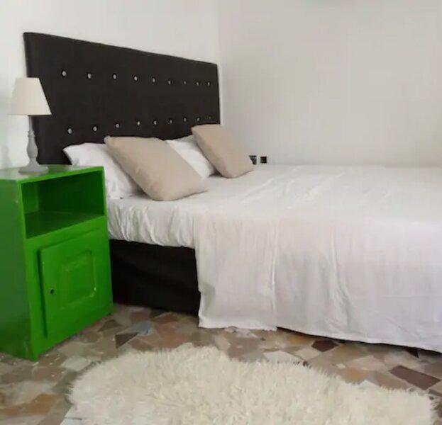 Loft studio in a villa at 5 min to Haie Vive, location de vacances à Oueme Department