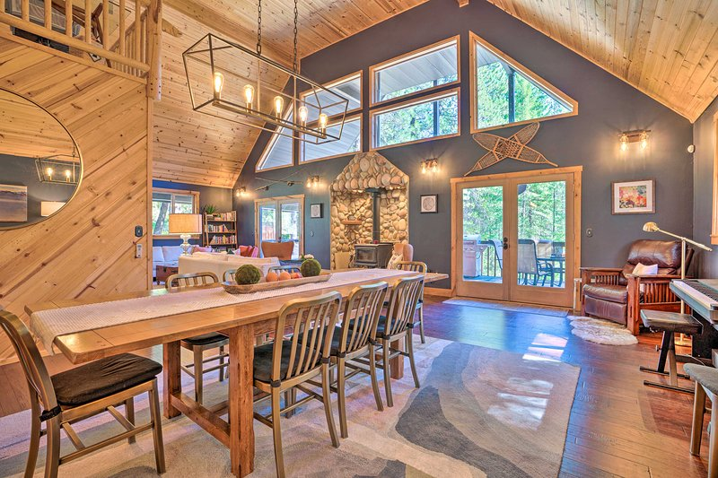NEW! Modern Alpine Cabin with Hot Tub & Game Room!, vacation rental in Leavenworth