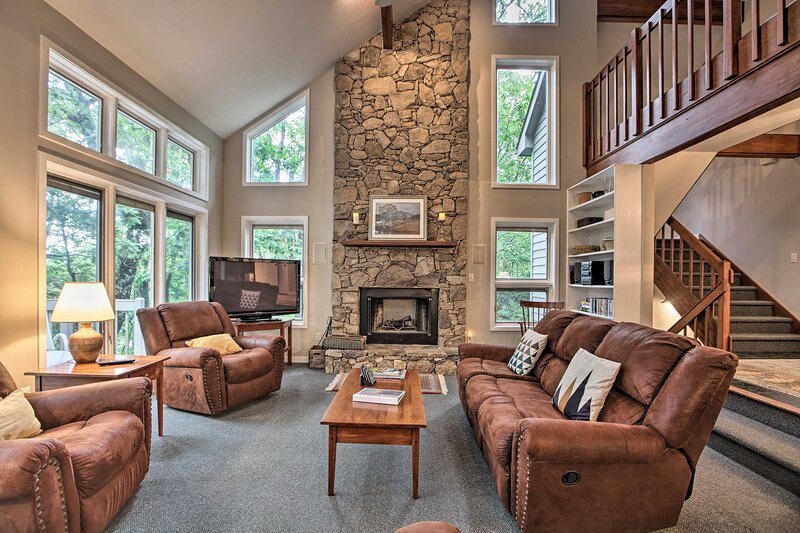 NEW! 3-Story Home w/Hot Tub in Wintergreen Resort!, holiday rental in Lyndhurst