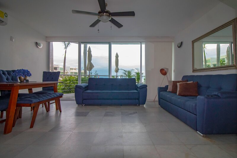 Loft Condo Located at The Front of The Beach New Furniture and Guest Services, alquiler de vacaciones en Flamingos
